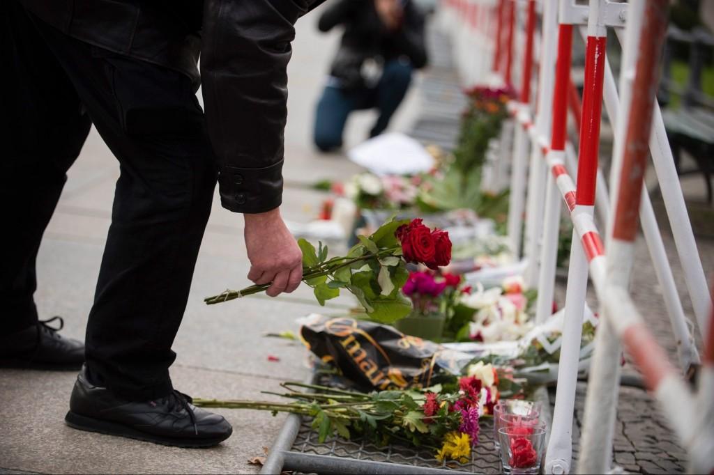 Berlin, 2015. november 14. Virágot helyez el egy férfi Franciaország berlini nagykövetsége elõtt 2015. november 14-én. A francia fõvárosban elõzõ este összehangoltan több merényletet követtek el, a támadásoknak legkevesebb 127 halálos áldozata van. Nyolc terrorista halt meg, közülük heten felrobbantották magukat. (MTI/EPA/Gregor Fischer)