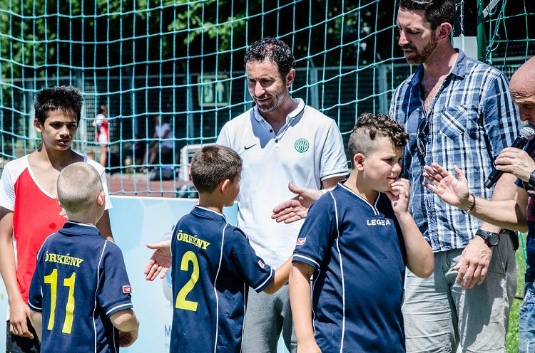 Hrutka János és Lisztes Krisztián gratulálnak az ifjú focistáknak