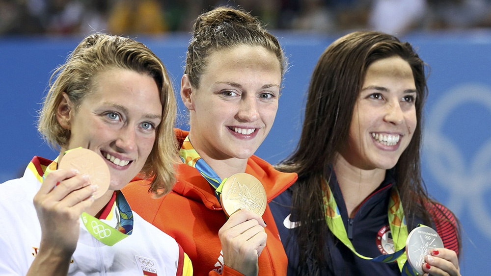 2016 Rio Olympics - Swimming - Victory Ceremony - Women's 400m Individual Medley Victory Ceremony - Olympic Aquatics Stadium - Rio de Janeiro, Brazil - 06/08/2016. Mireia Belmonte (ESP) of Spain, Katinka Hosszu (HUN) of Hungary and Maya DiRado (USA) of USA pose on the podium with their medals. REUTERS/Stefan Wermuth FOR EDITORIAL USE ONLY. NOT FOR SALE FOR MARKETING OR ADVERTISING CAMPAIGNS. - RTSLIHQ